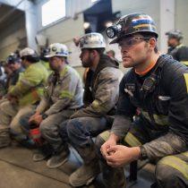 煤矿工人在等待环保署署长Scott Pruitt召开新闻发布会